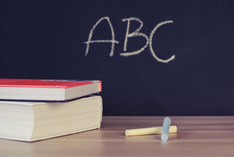 Tafel mit Kreideanschrieb als Symbol für Investitionen in Schulen