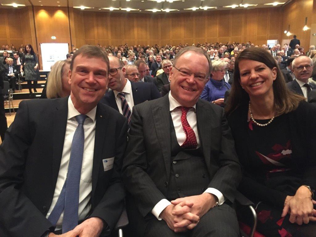 Landrat Kai-Uwe Bielefeld mit Ministerpräsident Stephan Weil und Hauptgeschäftsführerin der IHK Stade Maike Bielfeldt