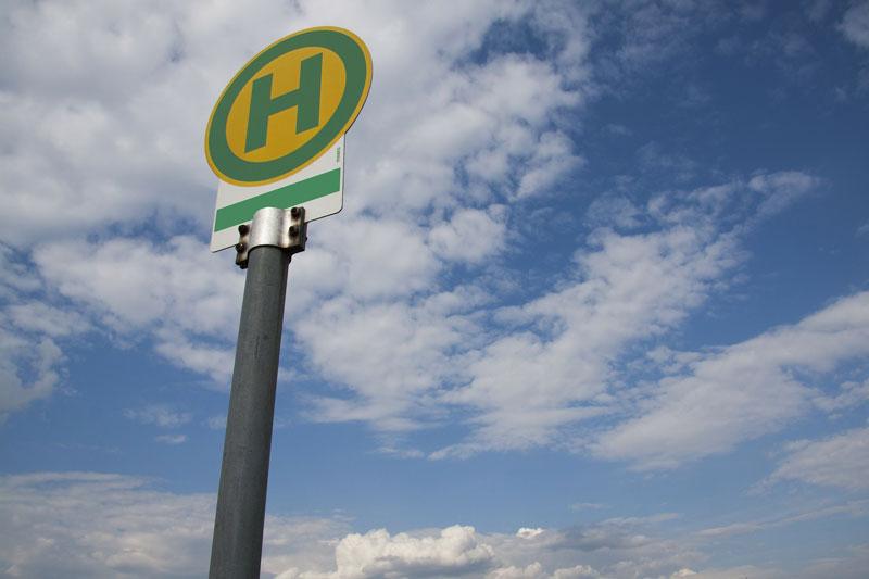 Eine Bushalteschild als Symbol für zuverlässige Verkehrsverbindungen
